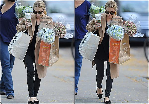 20 Octobre : Ashley  vuent seule allant faire des achats à Whole Foods  fleurs et starbucks en main à Tribeca.