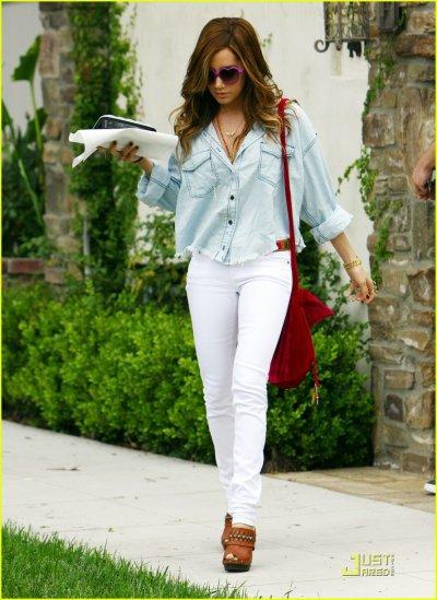 Ashley Tisdale : Une tenue simple de tous les jours ( on exclus les lunettes ♡ )