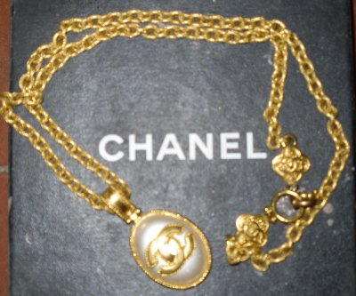 http//www.priceminister.com/offer/buy/88261127/chaine,medaillon,chanel, bijou,fantaisie.html