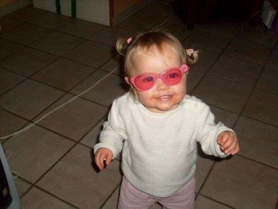 eva avec les lunette desoleil de sa soeur