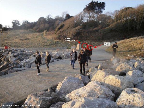 31 Décembre 2009 Scoop: Robert & Kristen entourés de quelques amis sur l'île Wight en Angleterre. Alors Robsten Or Not Robsten ? A vous de me le dire... (Suite)