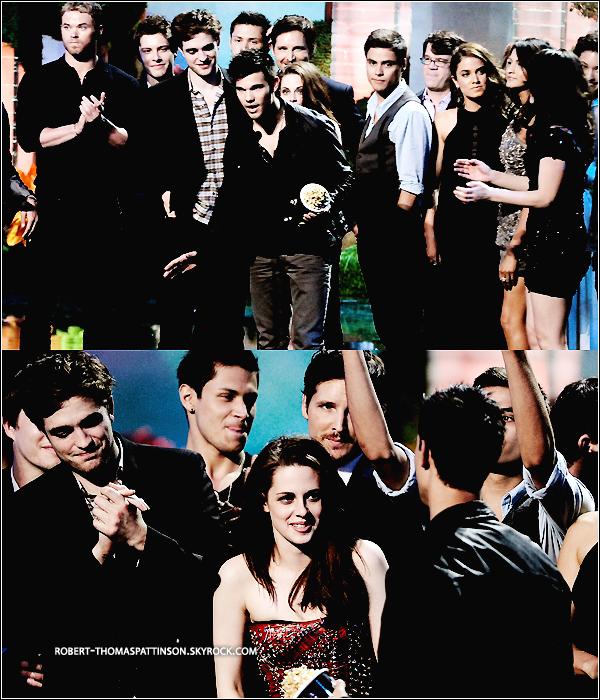 05/06/11:            Robert & tous le cast de Twilight était au MTV et ont, sans surprise, remportés tous les prix.