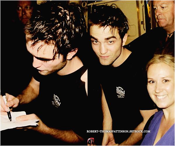 07/07/11:            Robert rendant des fans chanceux heureux en leur signant des autographes.