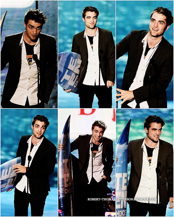 07/08/11:            Robert était présent au TEEN CHOICE AWARD en compagnie du cast de Twilight sauf sa chérie Kristen en Californie. Sans surprise le cast a raflé presque tous les prix dont 2 remportés par notre Roro. BRAVO !!