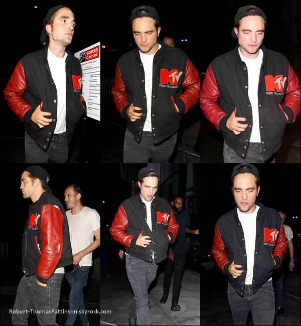 01/07/13:            Robert était au concert de Beyoncé dans LA avec sa fameuse veste fétiche.