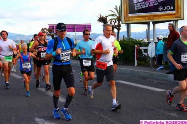 Des marathoniens vent debout