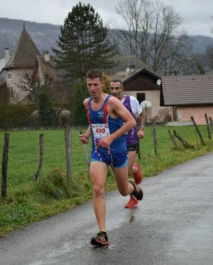 Le maillot de l'ASPTT Nice Athlétisme en bonne position sur les rives du Lac d'Annecy