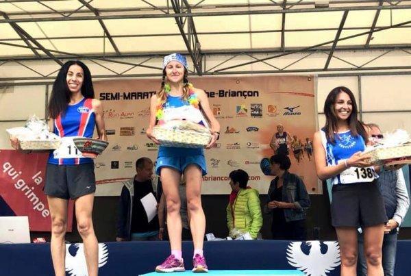 Semi Marathon Névache-Briançon 2021 - 2ème marche du podium pour Hanane Hili