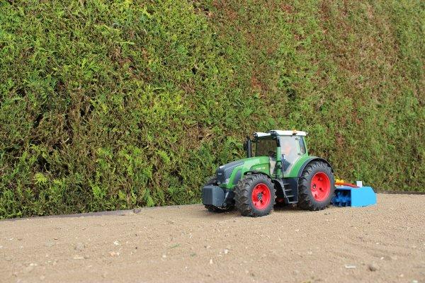 C'est parti pour les plantations de PDT ! On passe un coup de fraise ...