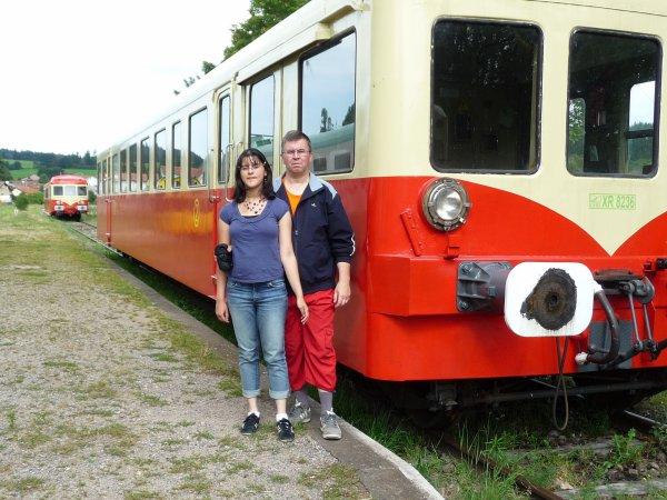 olivia et titcoeur devant les locomotives