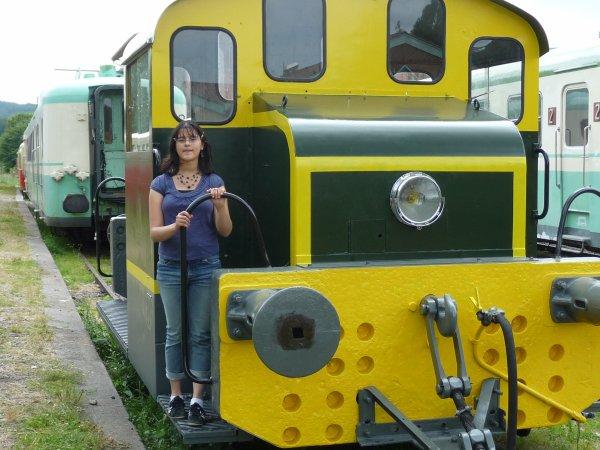 olivia devant un train