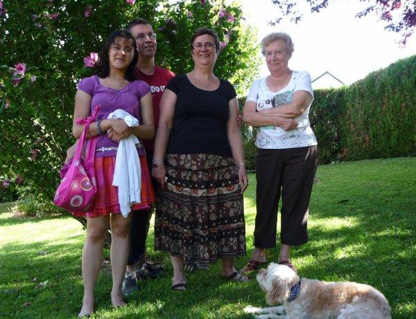 week-end chez brigitte maman titcoeur olivia et moi dans le jardin