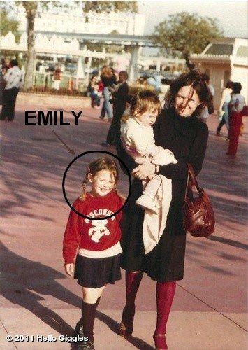 Photo du jour : la photo date de 1981 : on peut y voir  Emily ( à gauche ) ,Zooey ( dans les bras de sa mère ) et Mary Jo ( la mère d'Emily & Zooey ). Emily avait 5 ans sur cette photo. La photo a été prise par Caleb ( le père d'Emily & Zooey ). Emily est vraiment trop mignonne ! ^^