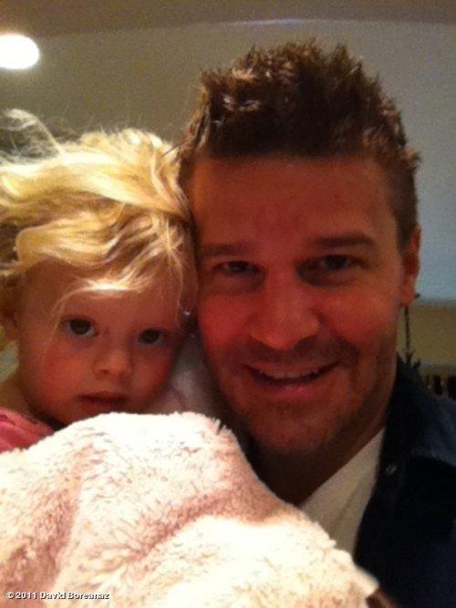 Photo du jour : David a publié une nouvelle photo via Twitter ! Lui et sa fille Bella ! J'adore la photo ! C'est trop mignon ! Tu en penses quoi ?