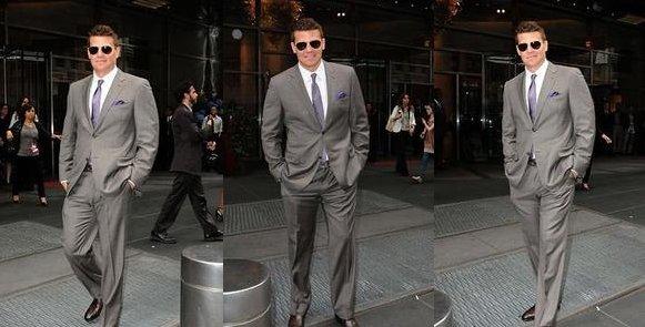 • • Le 15 Mai, David a été vu quittant son hôtel à New York et signant des autographes • •