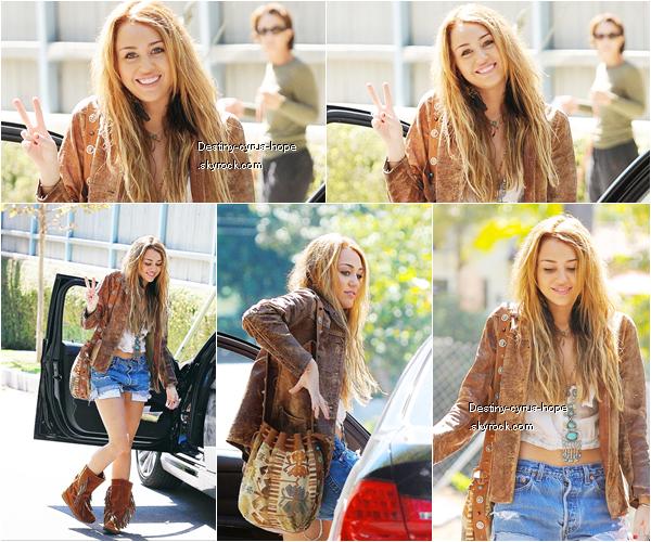 découvré  de nouvelles photos de Miley Cyrus trés souriante  réalisant un Peace Sign à Toluca Lake.
