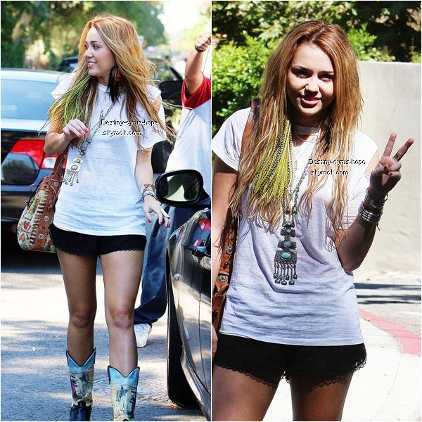 decouvrez de nouvelles photos de  Miley Cyrus avec une amie à Studio City hier.je trouve la tenue simple mais ses  bottes ne sont pas jolie à mon gout