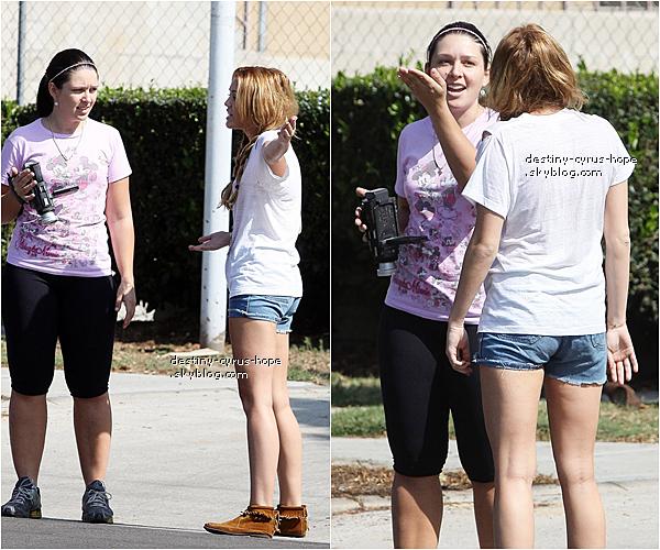 12/10 Découvrez de nouvelles photos de notre belle Miley Cyrus déjeunant au Paty's Restaurant  avec sa mère et sa petite soeur Noah.   Après ce déjeuner, Miley Cyrus est partie parler à une paparazzi qui la filmait durant cette sortie.