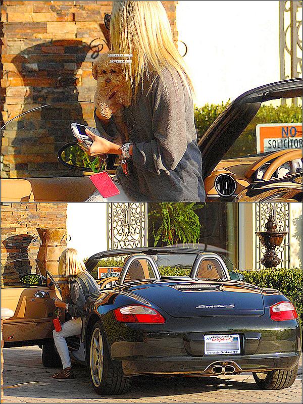 -13.02.09 - Ashley Tisdale & Maui sont aller rendre visiter chez la maison de leurs famille. -