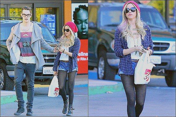 """-18/01/13 :  Ashley quittant """" Rita Aid """" avec son petit-ami dans Studio City. TOP ! Et vous ? -"""