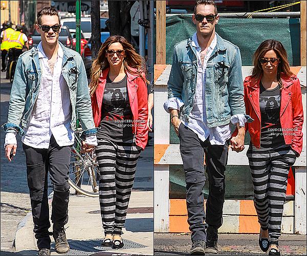 -10/04/13 →  Ash' a été repéré sortant de son hotel Mondarian Soho avec son boyfriend in New York. -