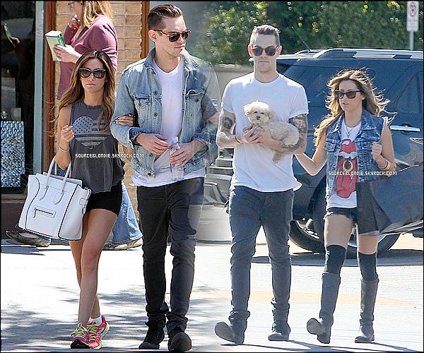 -23/04/13 →  Ashley son boyfriend vue arrivant ensemble a l'aeroport de LAX a Los Angeles. -