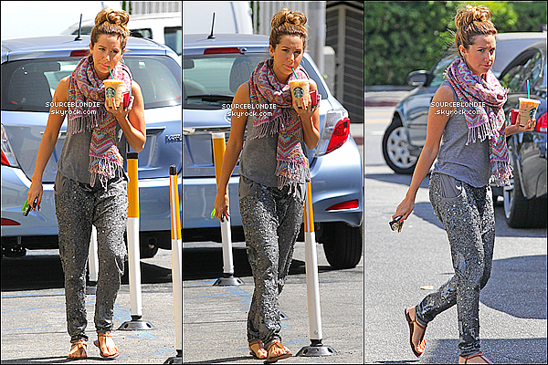 - 01/05/13 → Ashley vue, sortant de son fameux cafe Starbucks a Los Angeles. J'adore son pantalon. -