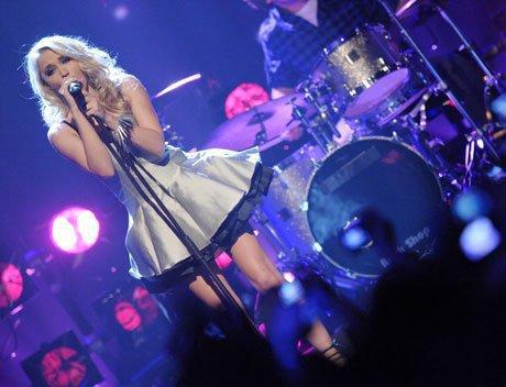 Emily donne un concert a Los Angeles avec son groupe ou elle chante let's be friends...