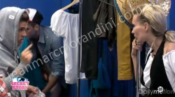SEXY TOUS ÇA : Julien se retrouve entièrement nu après la diffusion d'une vidéo sur le site de l'émission .