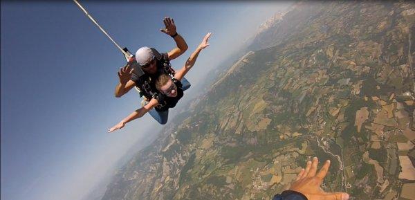 La meilleure sensation de toute ma vie. Saut en parachute à 4000m d'altitude, 50 secondes de chute libre à plus de 200 km/h !! Énorme