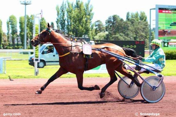 405 Engie des Carreaux ( Driver : Benoît Vassard  / Entraîneur : Mlle Estelle Dessartre !) et 411 Esta de Crennes (Erno Szirmay !) vous passent le bonjours de LISIEUX ! lol !