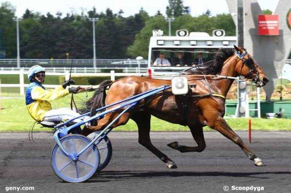 La journée commence bien a LAVAL ! 106 Equin d'Avril gagne a 15/1 !