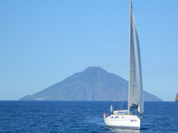 7e voyage à Stromboli - vue de Stromboli à partir de Panarea (04/05/2012)