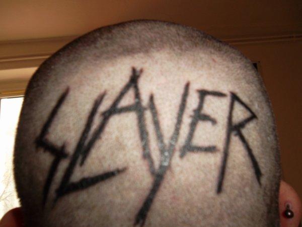 mon tattoo slayer sur le crâne