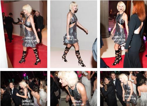 .  02/05/16 : Taylor était présente au Met Gala   Pour l'occasion, elle portait une petit robe argentée et des chaussures à lacets. Pour le coup, j'aime beaucoup la robe mais pas les chaussures. C'est un BOF pour cette fois-ci aussi  .