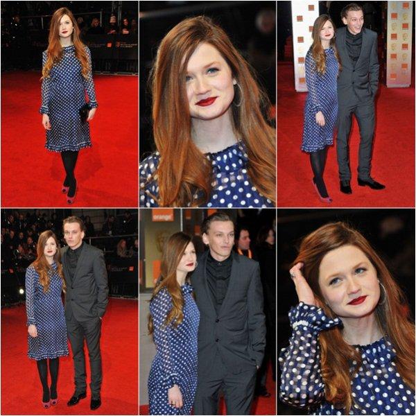 Dimanche 12 février 2012 :Dimanche dernier avait lieu la cérémonie des BAFTA à Londres. Les Reliques de la Mort 2e partie a reçu le prix des Meilleurs Effets Spéciaux. Bonnie s'y est rendue en compagnie de son fiancé Jamie. Il y avait également quelques acteurs d'Harry Potter. Je n'aime pas la tenue de Bonnie mais j'aime son maquillage. Top for me  !
