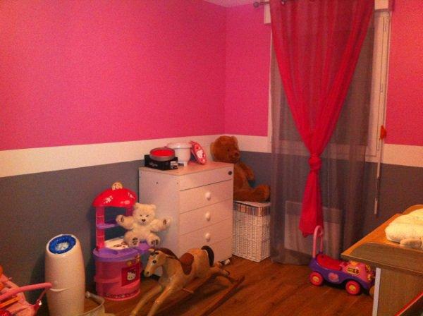 La chambre d'Inaya meublée et plus ou moins rangée