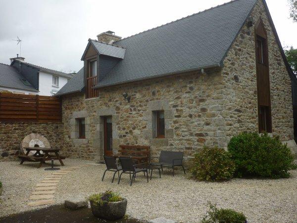 Apéro  vendredi 2 juin  dans la belle maison bretonne de nos logeurs...et notre gîte  vieux moulé restauré