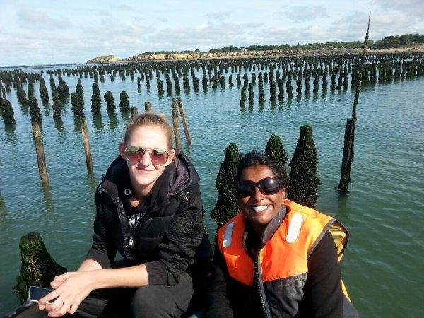 mer,pêche aux moules,fruits de mer ....les annéciens profitent des vacances.marie et son amie