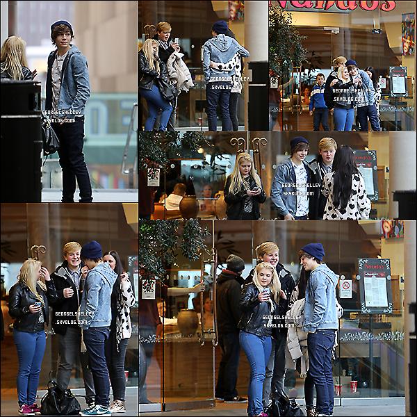 .   05/02/13 George posant avec des fans en quittant le restaurant Nando's à Liverpool .