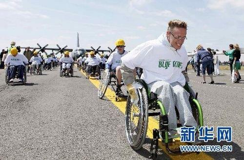 Guinness : On déplace un avion en fauteuil roulant
