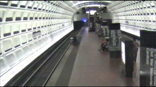 A Washington, un handicapé tombé sur les rails du métro secouru par les usagers