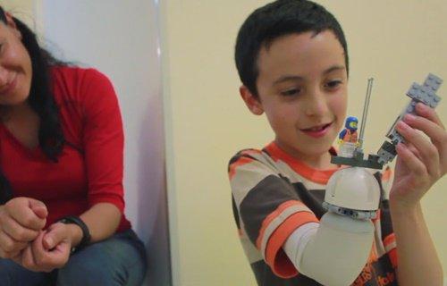 Un ingénieur développe une prothèse Lego pour les enfants amputés