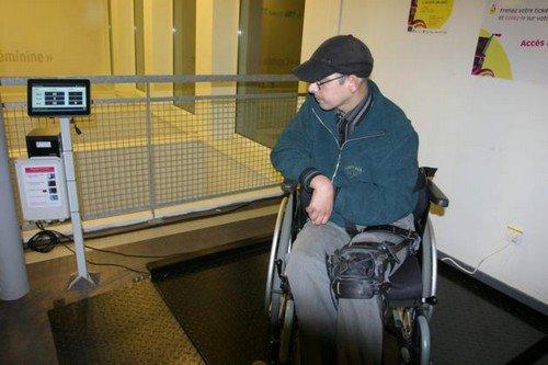 Un pèse-personne en fauteuil en libre accès aux Ateliers