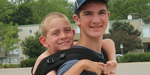 Un ado porte son petit frère handicapé sur 180 km pour éveiller les consciences