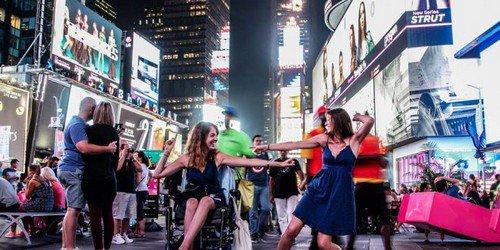 Voyages et handicap : la bloggeuse de Roulettes et sac à dos expose ses photos à Paris