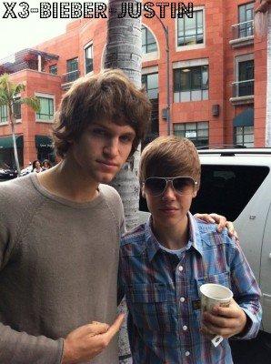 Justin arrivant a Arrive à LAX + une photo de lui et Keegan Allen