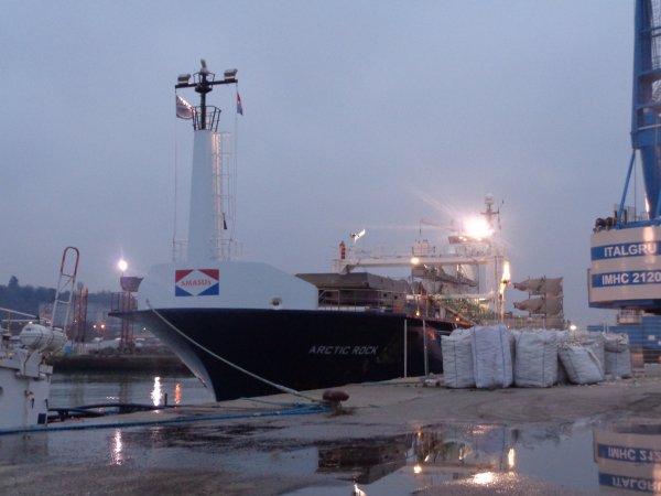 bateau d'eolienne + dechargement sur quai+parckage pales