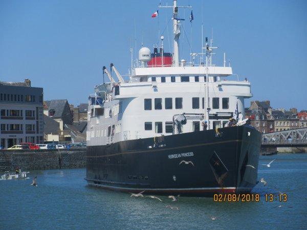 bateau de croisiere dans le port de diieppe 1