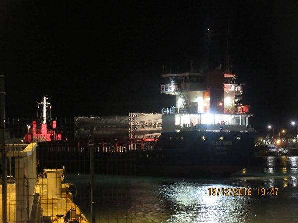gro bateau dans le port de dieppe